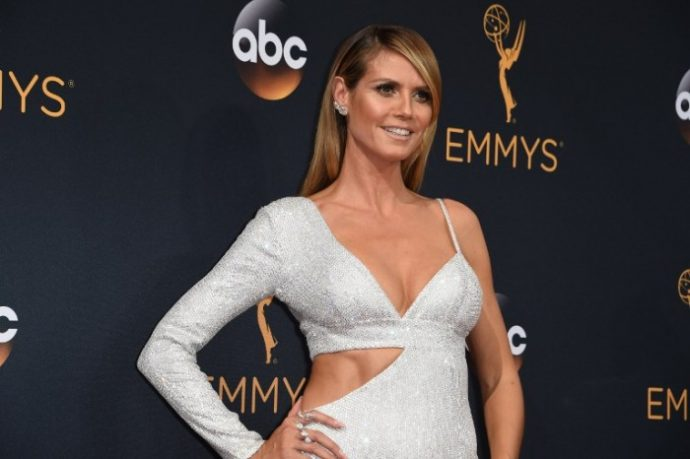 Heidi Klum arrives for the 68th Emmy Awards on September 18, 2016 at the Microsoft Theatre in Los Angeles.  / AFP PHOTO / Robyn Beck