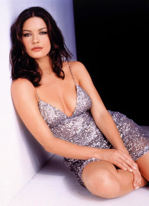 Catherine Zeta-Jones sentada
