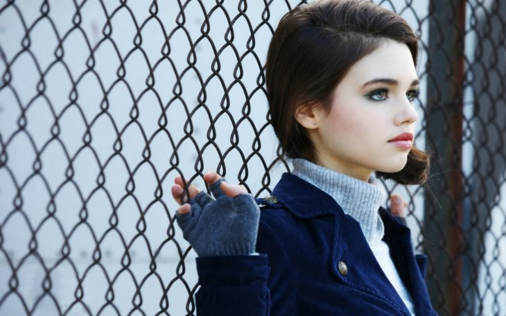 India Eisley en reja