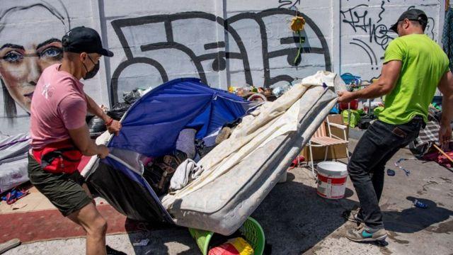 Colchones y otras pertenencias de migrantes fueron tomadas y luego quemadas por los manifestantes.